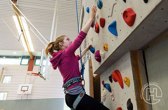Bouldern ist eine von vielen angebotenen Sportarten im Lietz Internat Schloss Bieberstein