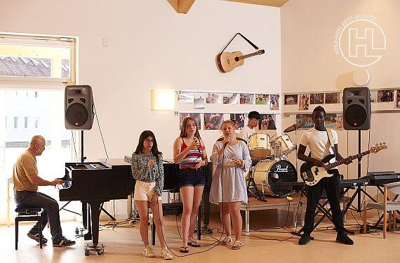 Das Lietz Internat Hohenwehrda bietet eine Chor- und Gesangsausbildung, eine Instrumentalausbildung und das Fach Theater an.